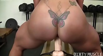 Nude Female Bodybuilder Fucks a Huge Faux-cock in the Gym