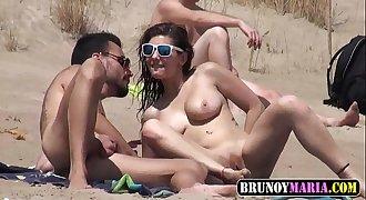 Orgia de la NIÑA SOL en la Playa delante de Todo el mundo y su novio mirando