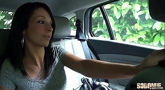 Elle se fait enculer par le chauffeur de taxi